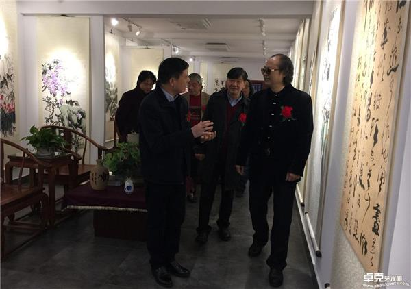 镇领导参观画展有感与张省教授亲切交谈